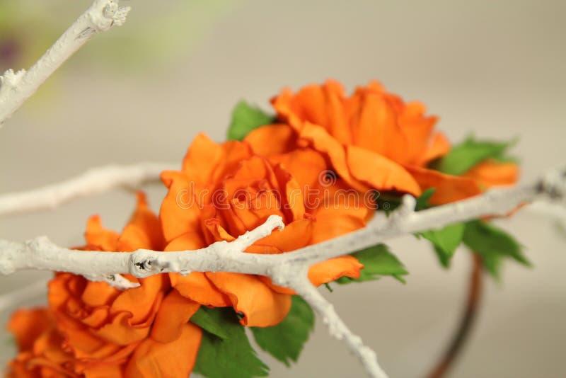 Hårgarneringwreth av konstgjorda kulöra blommor royaltyfri fotografi