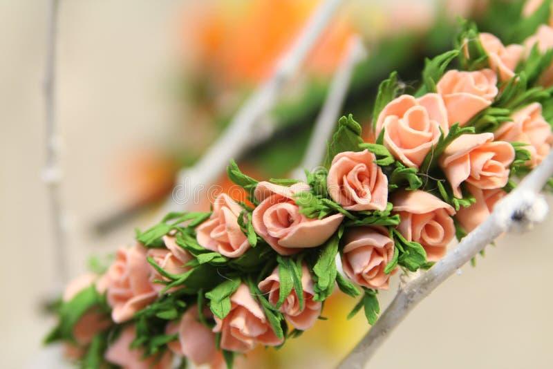 Hårgarneringwreth av konstgjorda kulöra blommor royaltyfri foto