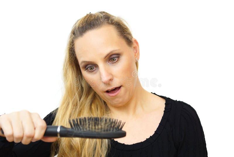 Hårkam för hår för förlust för kvinnahand hållande royaltyfri fotografi