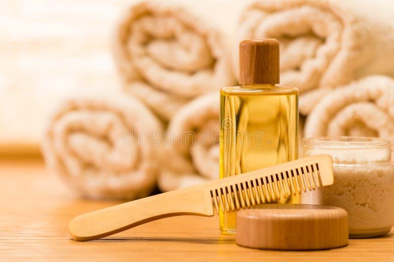 Hårkam för hår för produkter för Spahuvuddelomsorg trä arkivfoto