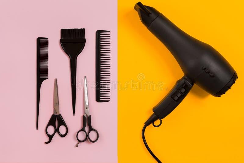 Hårkammar och frisörhjälpmedel på bästa sikt för färgbakgrund arkivfoton