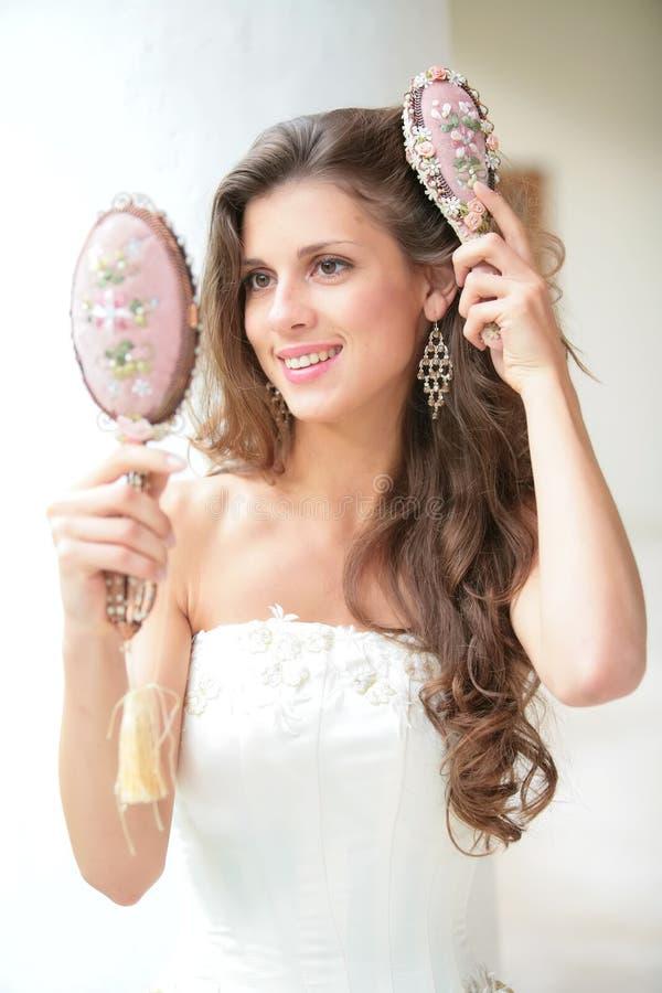 hårkammen gör flickan royaltyfria foton