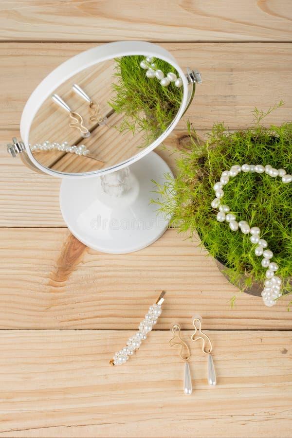 hårpärlagem, halsband, örhängen, hårnålar med pärlor, hårprydnader med pärlor, garnering med pärlor, spegel och arkivbilder