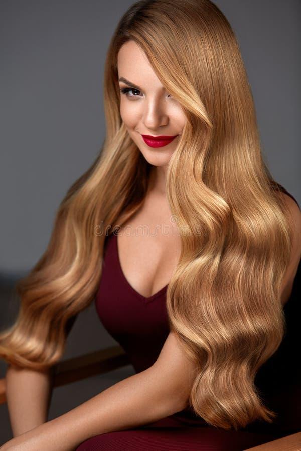 Hårskönhet Härlig kvinna med makeup och långt blont hår royaltyfri fotografi