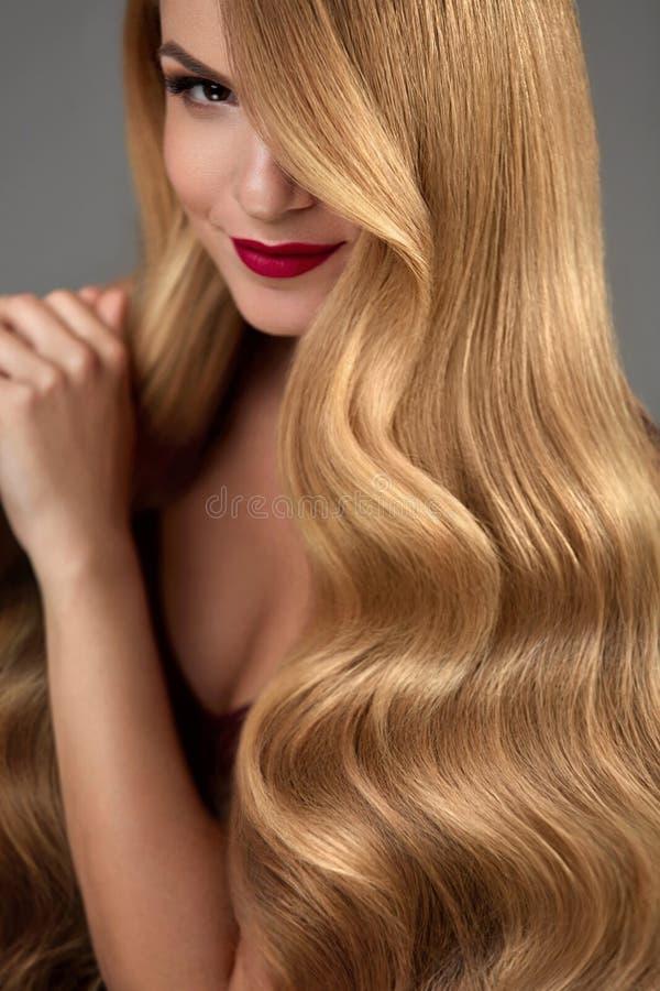 Hårskönhet Härlig kvinna med makeup och långt blont hår arkivbild
