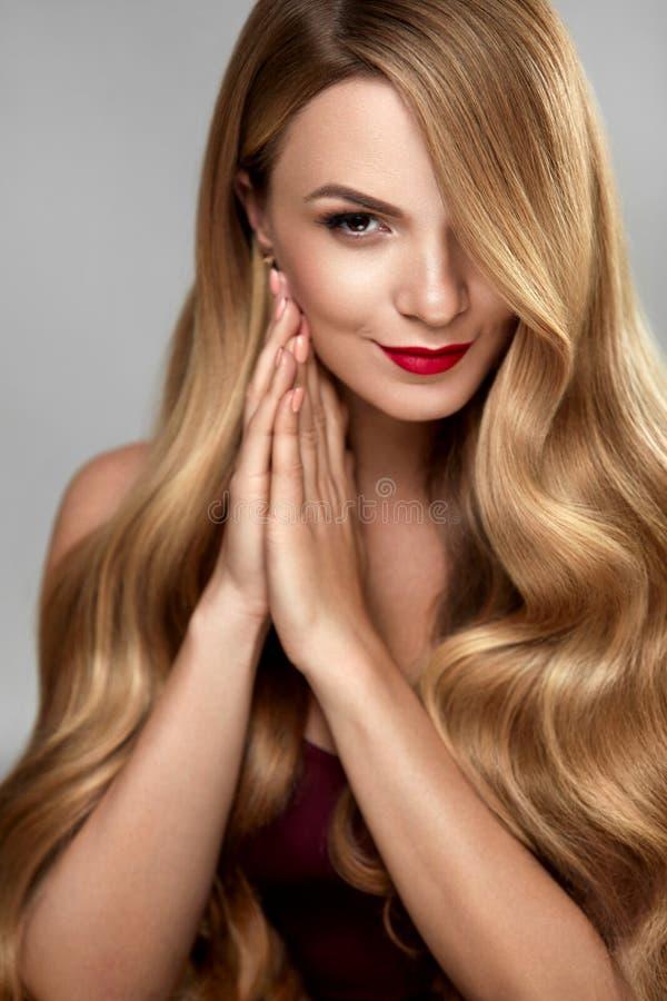 Hårskönhet Härlig kvinna med makeup och långt blont hår royaltyfri foto