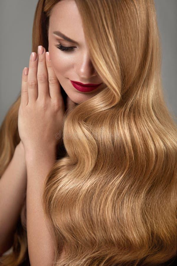 Hårskönhet Härlig kvinna med makeup och långt blont hår royaltyfria bilder