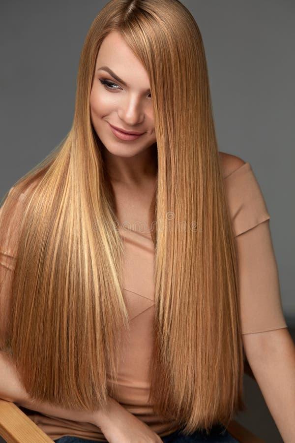 Hårskönhet Härlig kvinna med sunt långt rakt hår fotografering för bildbyråer