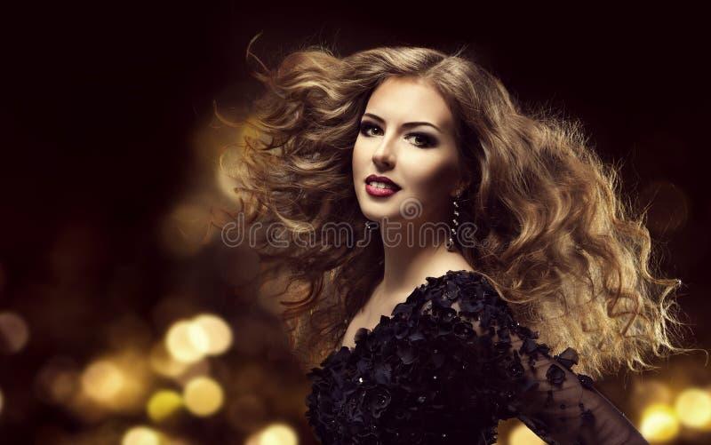 Hårskönhet, modemodell Long Curly Hairstyle, kvinnahårstil fotografering för bildbyråer