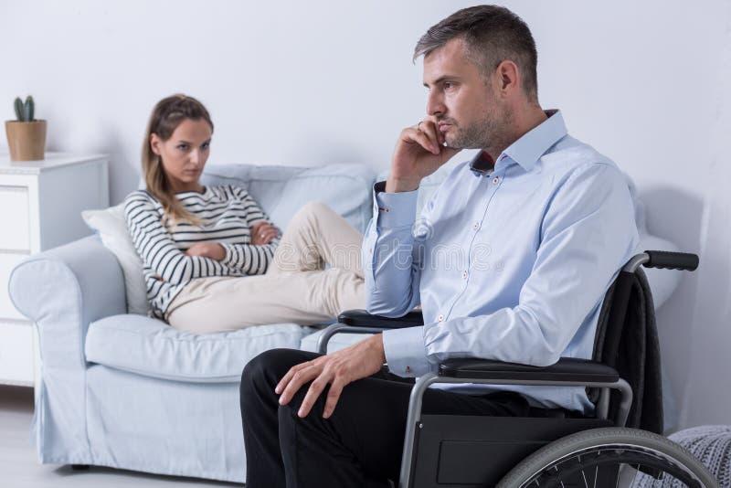 Hårt förhållande med en handikappade personerpartner royaltyfria foton