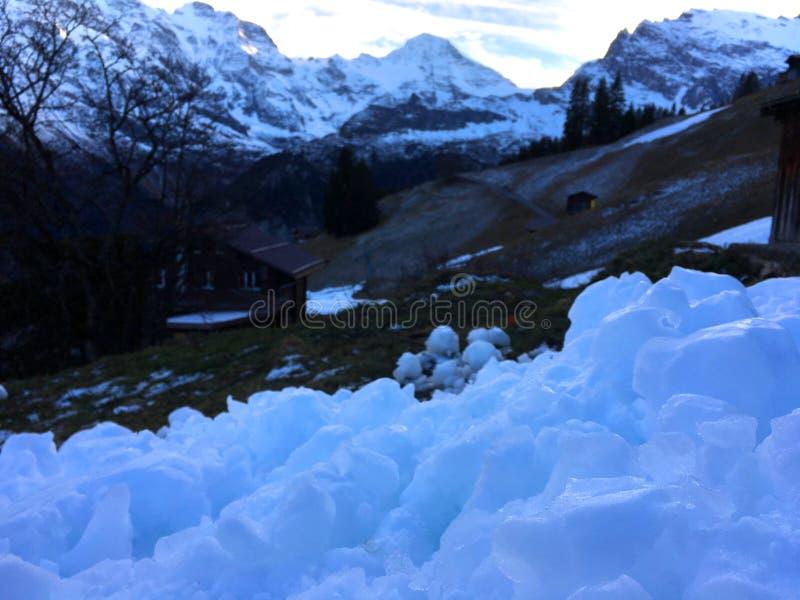 Hårt ljust - blått snöslut upp på kullen med bakgrund för bergsikt i vintersäsong fotografering för bildbyråer