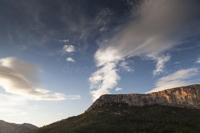 Hårt och mjukt, berg och himlar arkivbild
