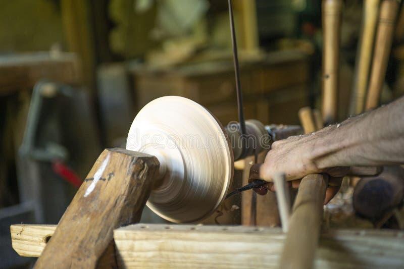 Hårt snida en träbunke arkivbild