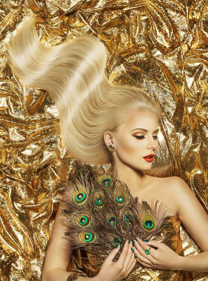 Hårvåg, modemodell Golden Hairstyle, långt guld- hår för kvinna royaltyfria foton