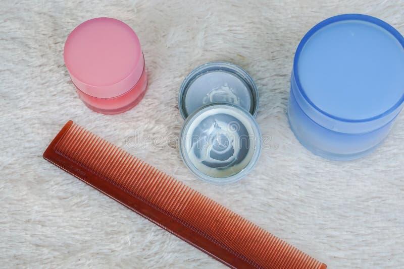Hårvax med hårkammen på pälsbakgrund arkivfoton