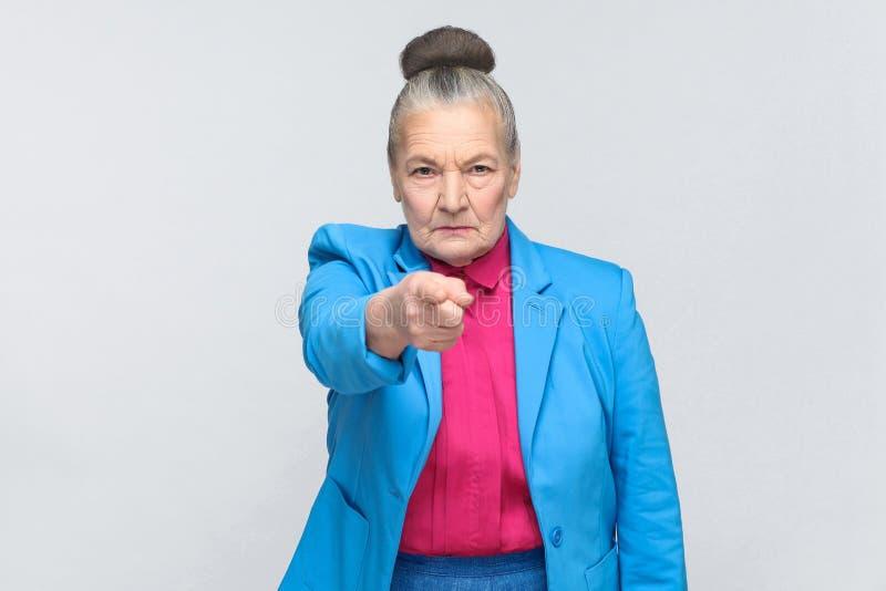 Hé vous ! Femme se dirigeant au doigt d'appareil-photo avec le visage sérieux images libres de droits