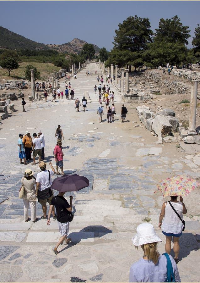 Hébergez la rue vue du théâtre, Ephesus photos libres de droits