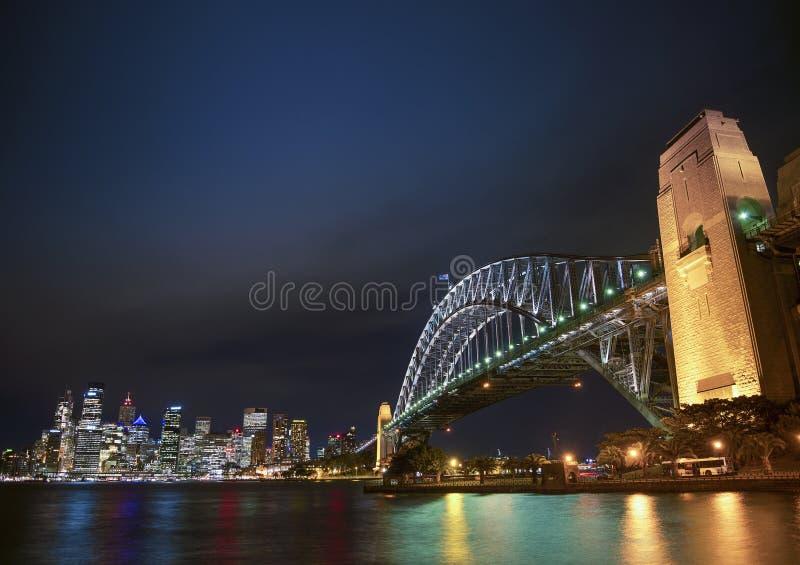 Hébergez le pont et l'horizon de l'Australie de Sydney la nuit photos libres de droits