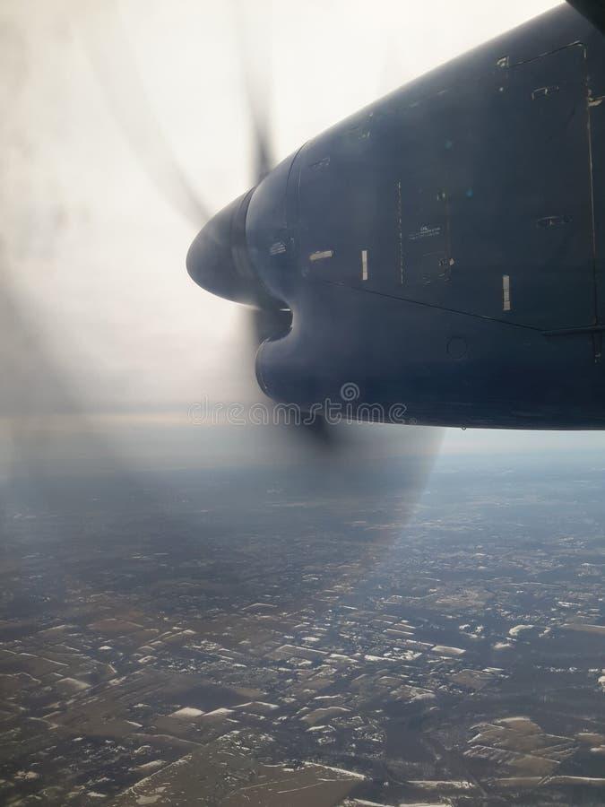 Hélice de avião com ideia aérea dos campos imagem de stock