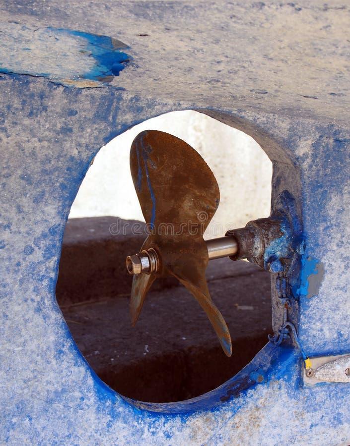 Hélice em um barco ou em uma traineira azul velha de pesca dentro foto de stock royalty free