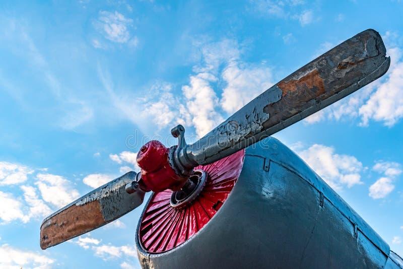 Hélice gasto velha de um avião do parafuso contra o céu azul e as nuvens foto de stock royalty free