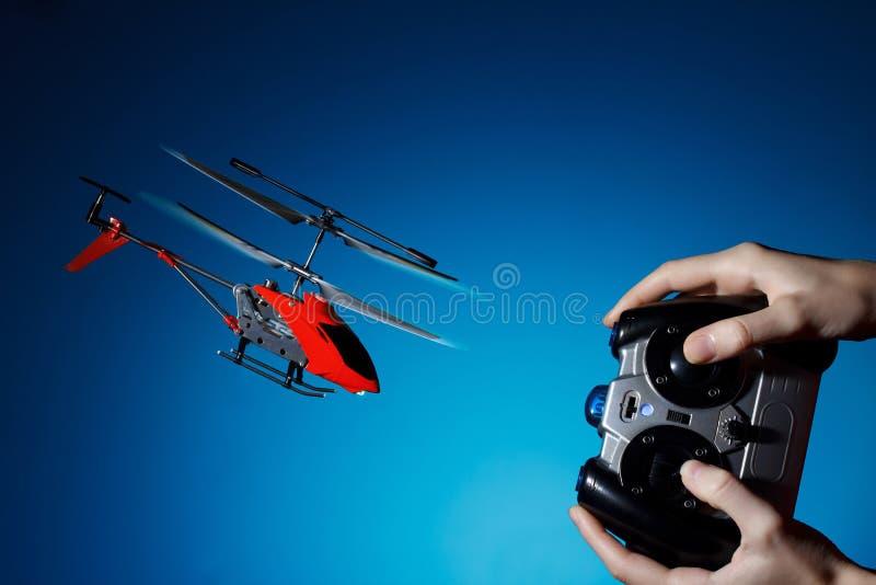 Hélicoptère à télécommande de pilotage photo stock