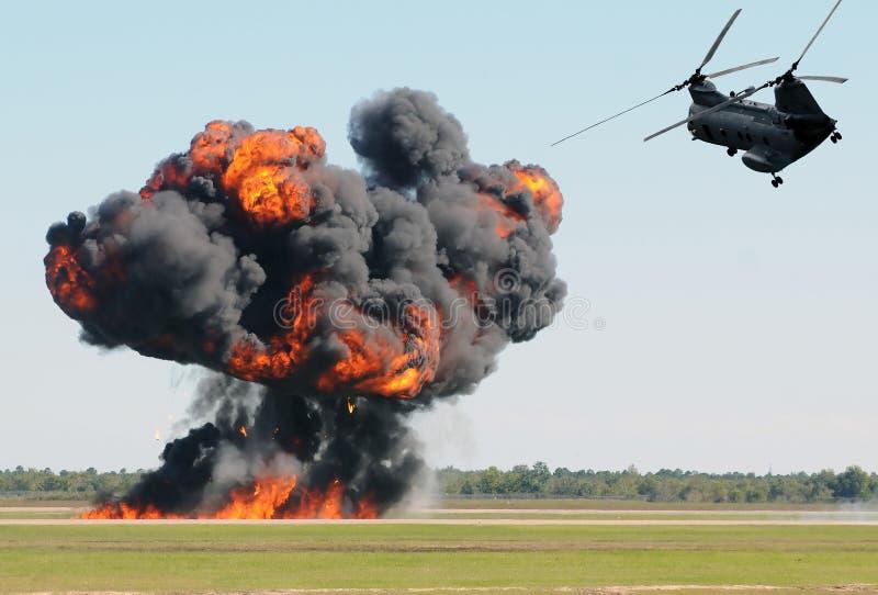 Hélicoptère au-dessus d'incendie photos libres de droits