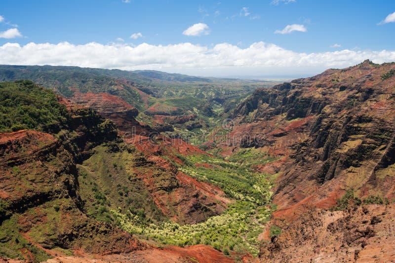 Hélicoptère au-dessus de canyon de Waimea sur Kauai images stock