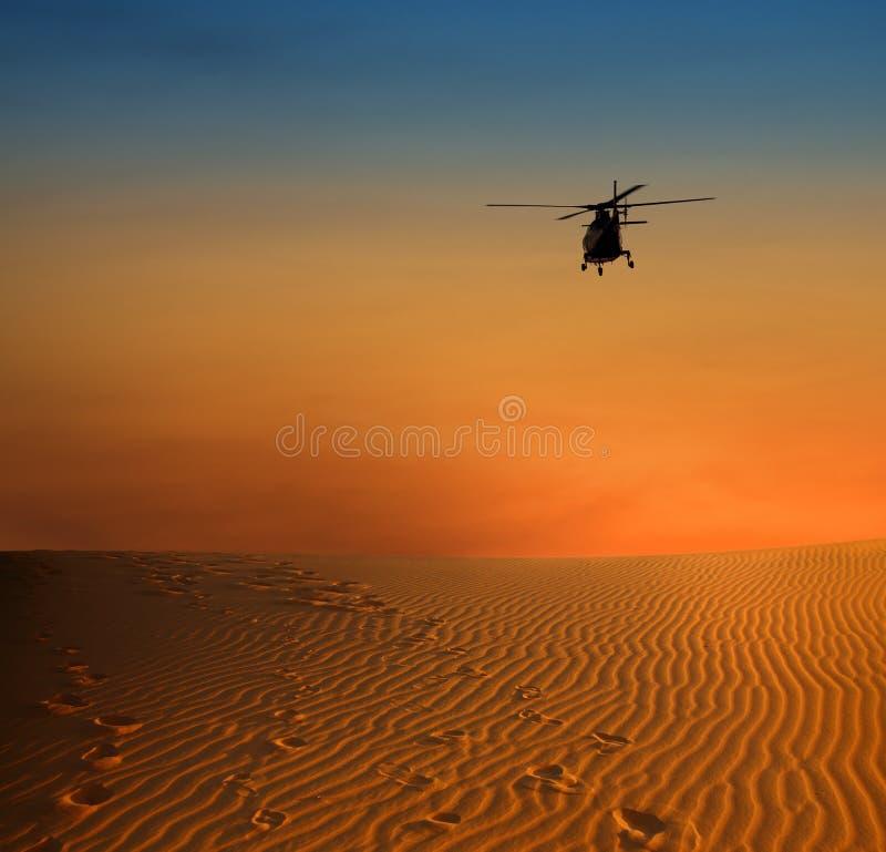 Hélicoptère au-dessus de dersert photo libre de droits