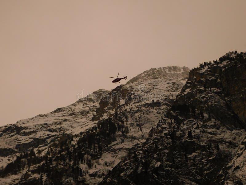 Hélicoptère au-dessus des montagnes, canton du Valais, Suisse photos libres de droits