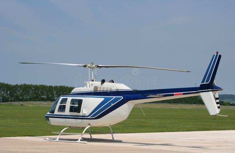 Hélicoptère au terrain d'aviation photo stock