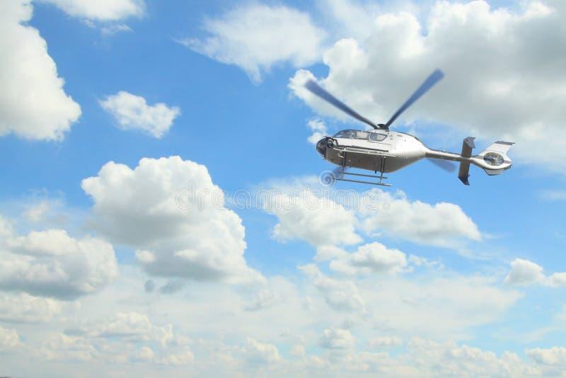 Hélicoptère contre le ciel obscurci photo libre de droits