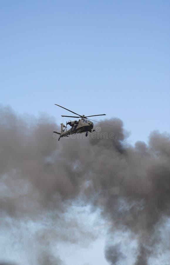 Hélicoptère d'Apache dans un warzone images libres de droits