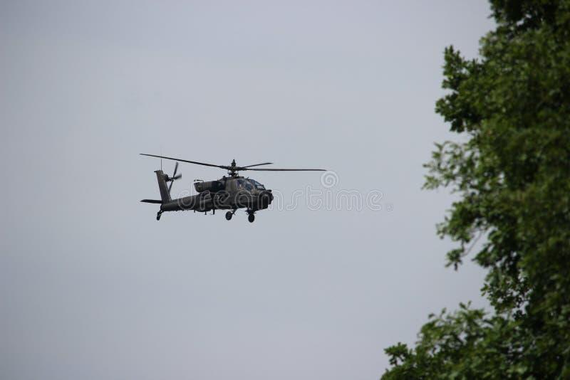 Hélicoptère d'Apache en vol sur la mission d'exercice militaire pour défendre l'espace de Suwalki à l'été de la Lithuanie 2017 photos stock
