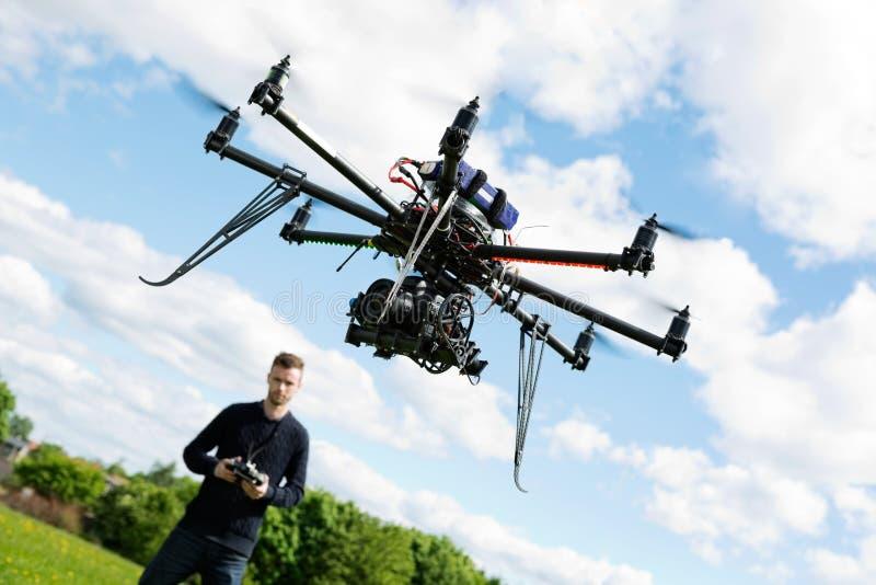 Hélicoptère d'UAV de Flying de technicien en parc photographie stock