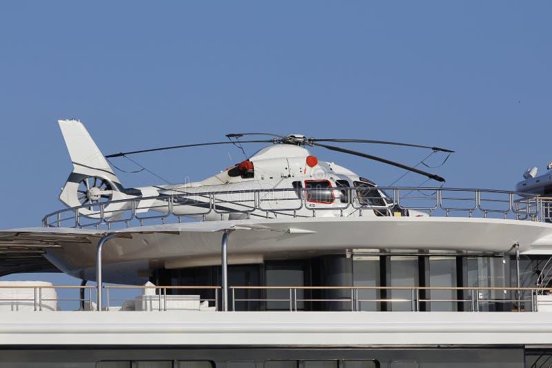 h licopt re dans un yacht de luxe image stock image du blanc bateau 58666019. Black Bedroom Furniture Sets. Home Design Ideas