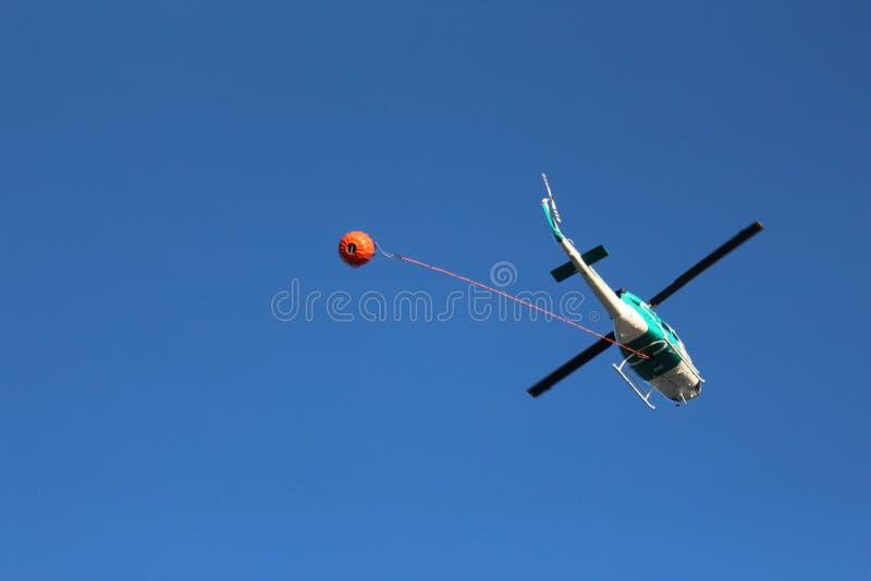 Hélicoptère de bombe de l'eau images stock