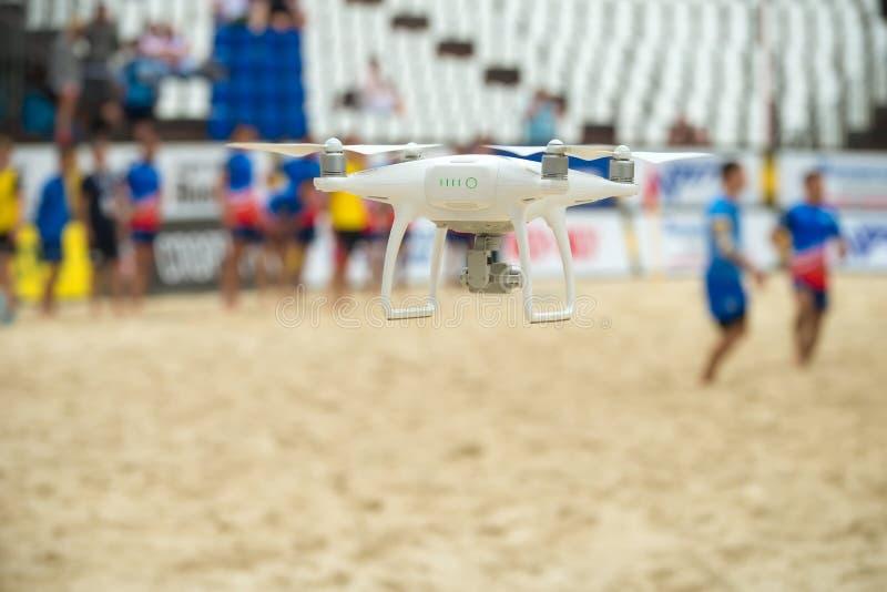 Hélicoptère de bourdon avec le vol de haute résolution d'appareil photo numérique photo libre de droits