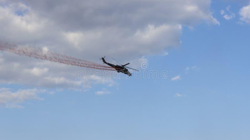 Hélicoptère de combat avec de la fumée rouge photo stock