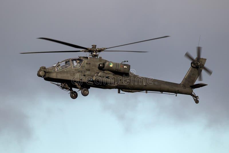 Hélicoptère de combat de Boeing AH-64 en vol photographie stock libre de droits