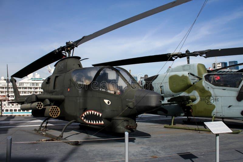 Hélicoptère de combat du cobra AH-1 à la mer, à l'air et à l'espace intrépides image libre de droits