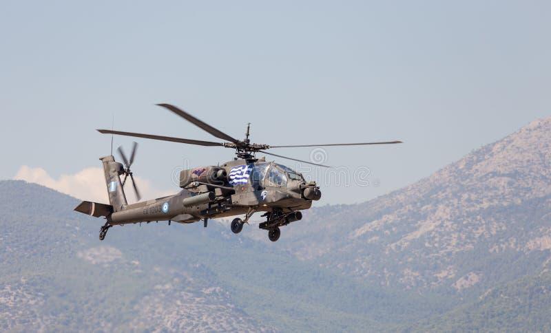 Hélicoptère de combat hellénique de l'armée AH-64A Apache en vol photos stock