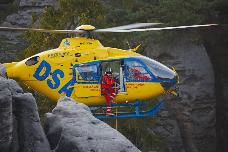 Hélicoptère de délivrance dans les montagnes photographie stock