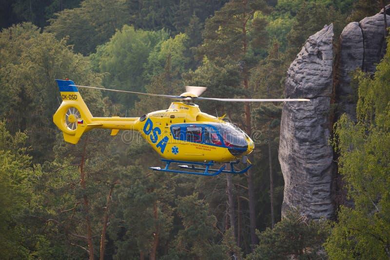 Hélicoptère de délivrance dans les montagnes images stock