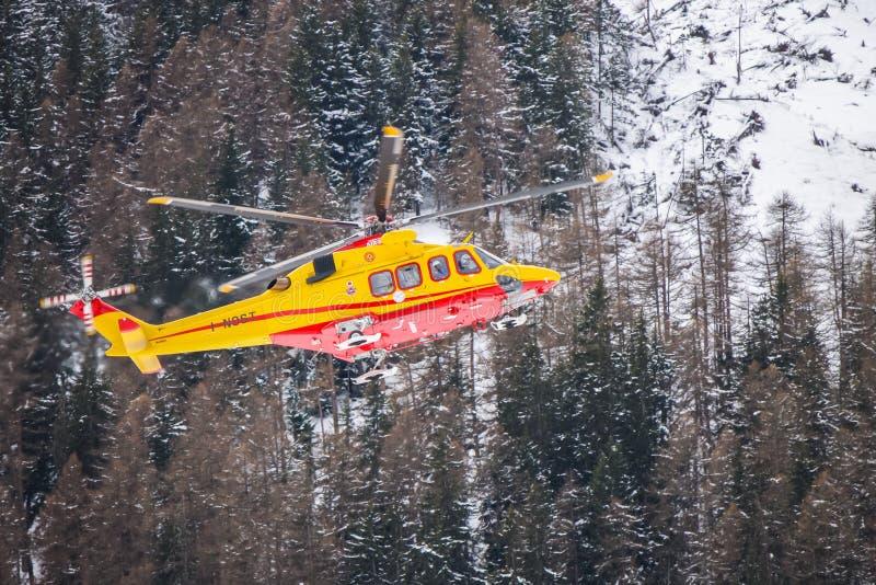 Hélicoptère de délivrance de montagne photos stock