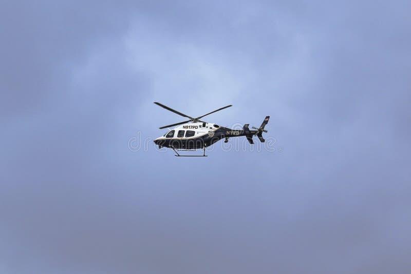 Hélicoptère de NYPD Bell 429 dans le ciel fournissant la sécurité pendant le début de marathon de New York City photos libres de droits