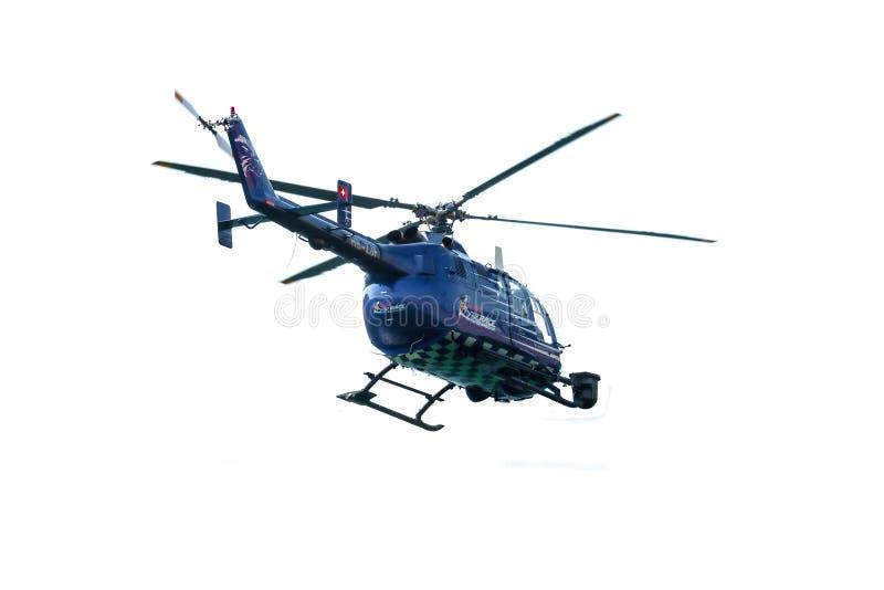Hélicoptère de Red Bull TV au-dessus de blanc photos stock