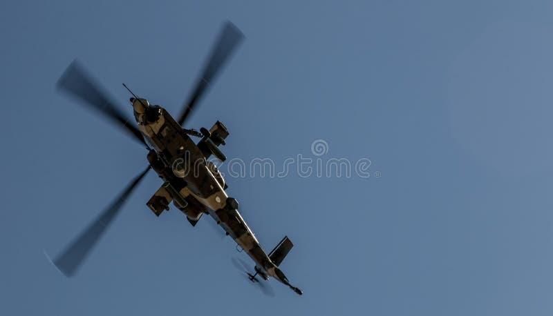 Hélicoptère de Rooivalk en vol images stock