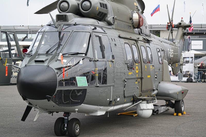 Hélicoptère garé à rencontrer l'espace à Paris Le Bourget pendant l'aéronautique et l'airshow et l'aviation internationaux spatia image libre de droits