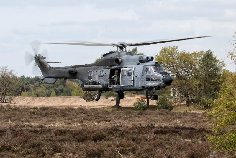 Hélicoptère militaire planant photographie stock libre de droits
